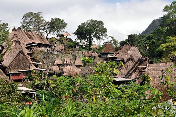 Flores: Traditionelle Dörfer und heiße Quellen am Inerie-Vulkan
