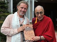"""Katalogpräsentation 2019/20 und Live-Reportage """"Meine Reise zum Dalai Lama"""" mit Mario Goldstein"""